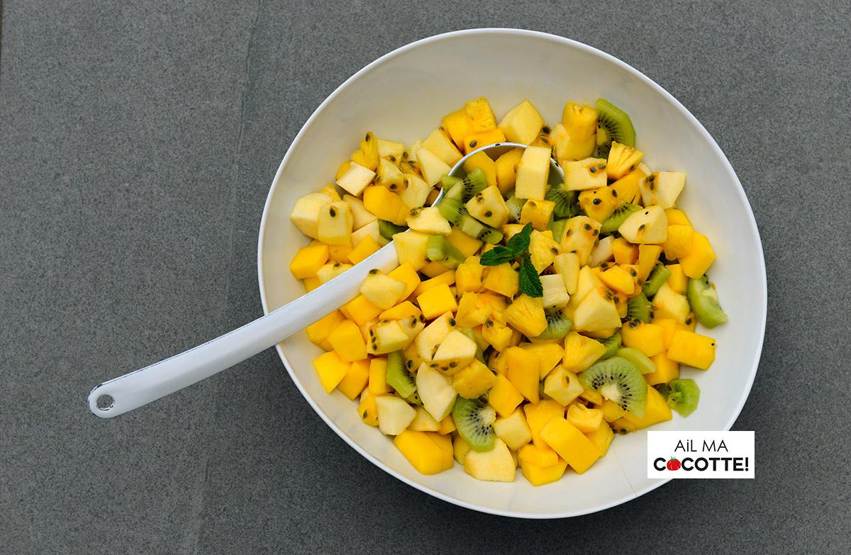Salade de mangue, ananas, kiwis, pommes, poires et fruits de la passion